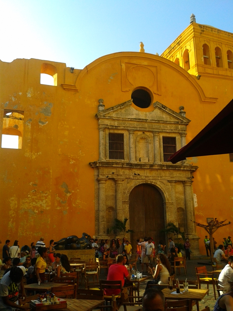 Plaza Santo Domingo is a great place to chill, enjoy some cocktails and listen to live music while exploring the old town of Cartagena